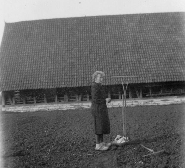 Ansicht der Scheune aus südwestlicher Richtung (ca. 1940). Bildmitte: Bernhardine Iseken.