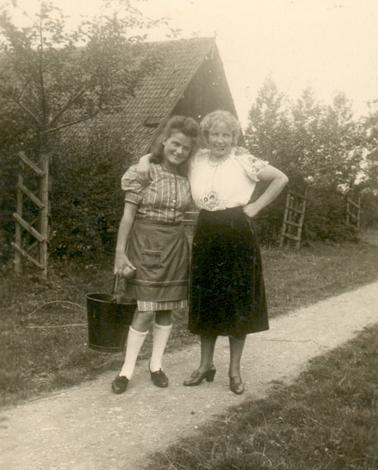 Weg auf der Vorburg (ca. 1940). Bernhardine Iseken mit einer polnischen Arbeitskraft.