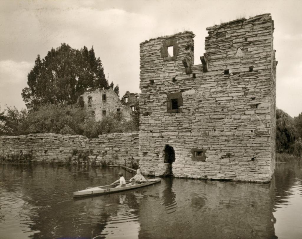 """Ansicht aus Südwesten (ca.1955). Im Vordergrund das Paddelboot """"Hai""""."""