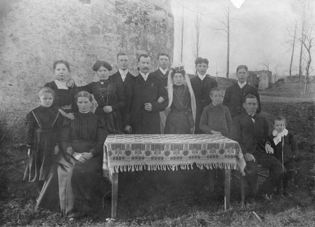 Hochzeitsfeier auf der Vernaburg (ca. 1908). In der Bildmitte das Brautpaar Heinrich und Elisabeth Benstein (geb. Iseken). Sitzend links und rechts: Brautelter Christine und Kasper Iseken.