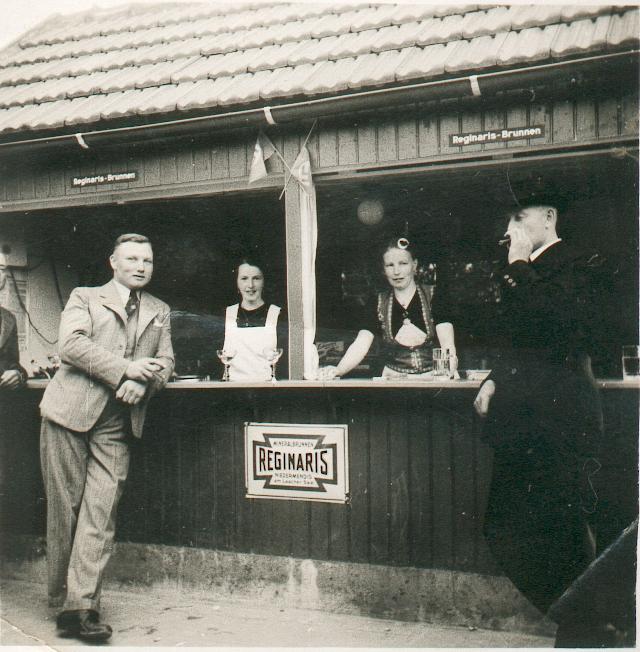 Ein kurzes Schwätzchen bei einem kühlen Getränk (ca. 1940). Links im Bild Heinrich Leutnant.