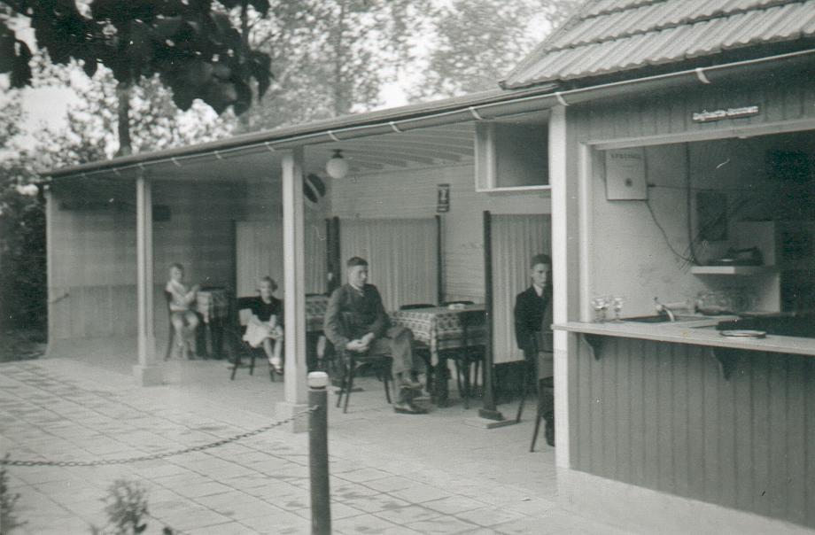 Sommerwirtschaft mit offenen Sitznischen (ca. 1938).