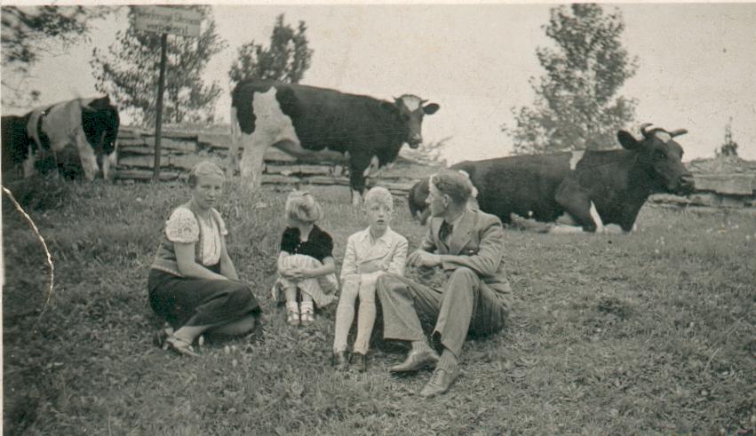Familie Anton Iseken auf einem der Burgwälle (ca. 1938). Von Links: Bernhardine, Christa, Josef und Anton.