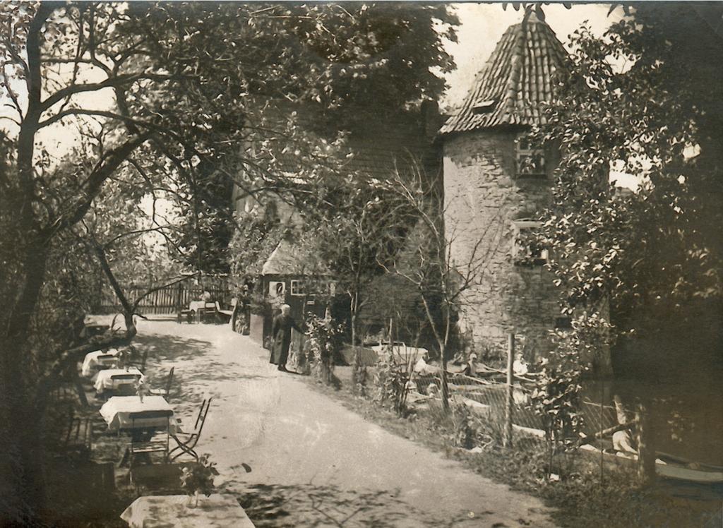 Blick auf den Weg zur Hauptburg mit den ersten Anlagen der Sommerwirtschaft (ca. 1936).