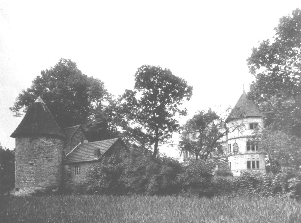 Blick auf die Hauptburg mit Herrenhaus, Torturm und Torhaus (Bau- und Kunstdenkmäler von Westfalen, Kreis Büren 1924). Im Vordergrund ist die noch zu diesem Zeitpunkt mit hohem Schilf bewachsene Gräfte zu sehen.