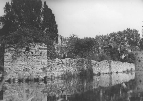 Blick aus westlicher Richtung auf den Westturm, die Befestigungsmauer und den Südturm (ca. 1930).