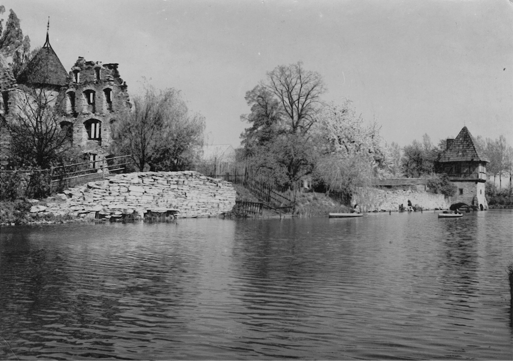 Blick auf die Hauptburg aus südlicher Richtung (ca. 1940). Zwischen den Mauerresten ist der noch zu diesem Zeitpunkt vorhandene Erdwall erkennbar. In der rechten Bildhälfte sind die hölzernen Paddelboote zu sehen.