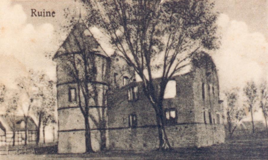 Ansicht des Herrenhauses aus westlicher Richtung (ca. 1920). Im Hintergrund links erkennbar das Torhaus.