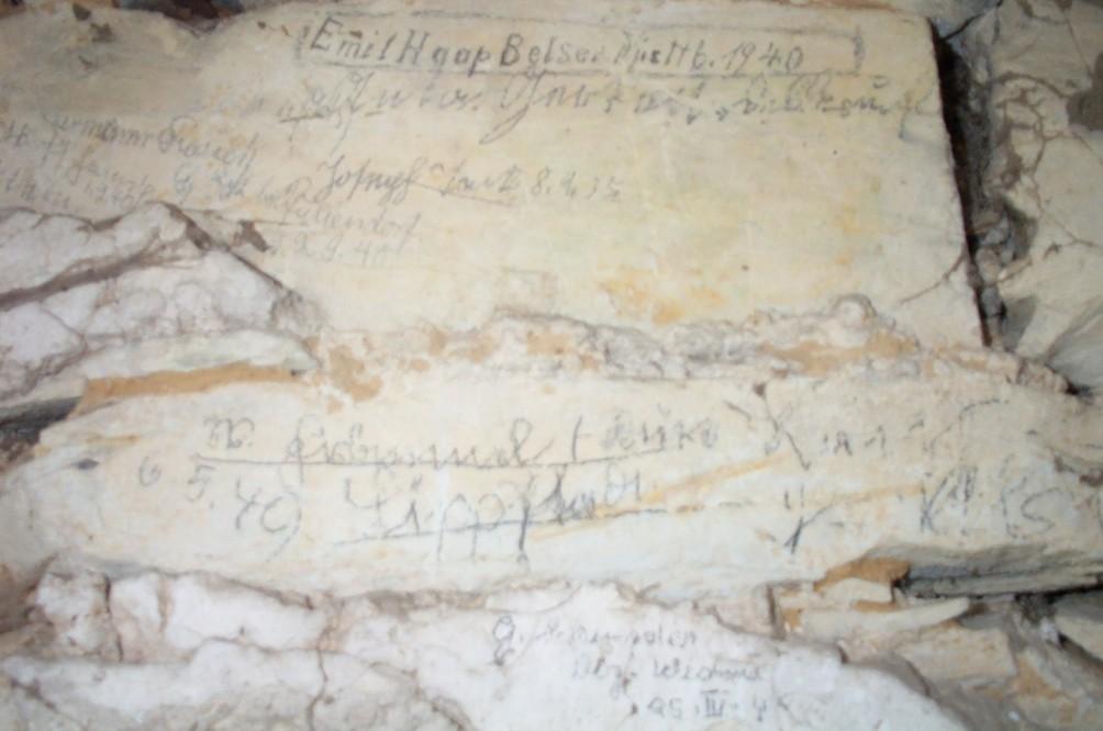 Inschriften im Inneren des Turmes am Herrenhaus (2007).
