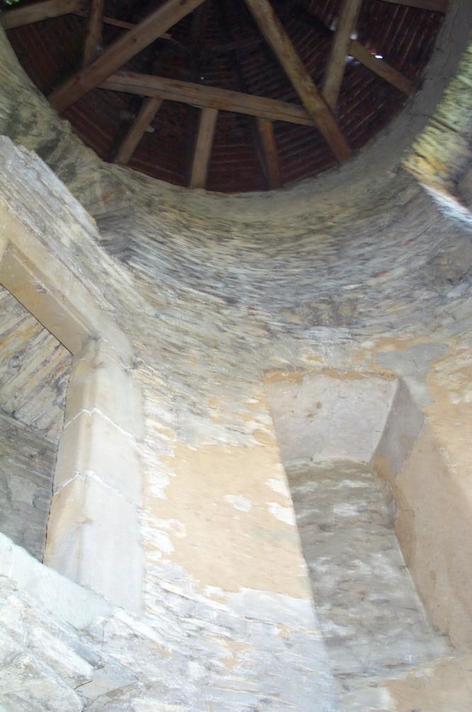 Blick in das Innere des Turmes am Herrenhaus (2007).