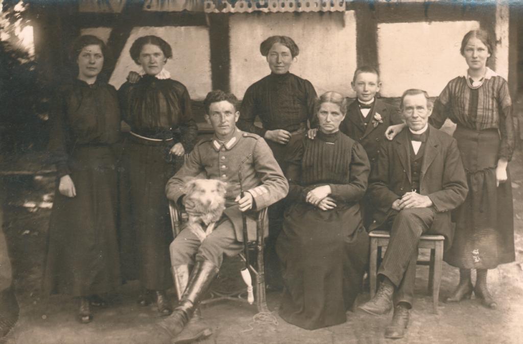 Familie Casper Iseken vor dem ehemaligen Torhaus (ca. 1910). Von Links: Katharina, Maria, Hans, Elisabeth, Mutter Christine, Anton, Vater Kasper, Bernhardine. Rechts im Bild ist die Eingangstür zum Haus erkennbar.