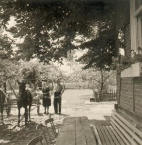 Bernhardine und Anton Iseken mit Pferd und Wagen (ca. 1950).