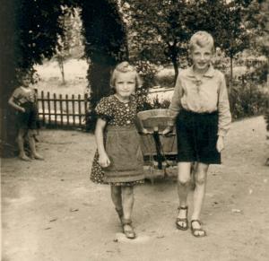 Christa und Josef Iseken mit einem Handwagen (ca. 1940).