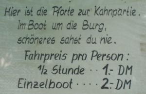 """Das fast schon zur Legende gewordene Schild. Nachbau des Originals durch Helmut Schulte. Es fehlt der Zusatz """"Bezahle bitte vorher dein Geld, damit es Dir nicht ins Wasser fällt""""."""
