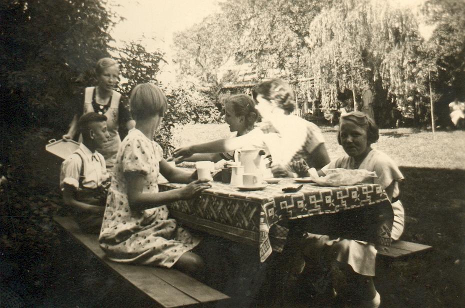 Bernhardine Iseken verpflegt die Kinder (ca. 1940).