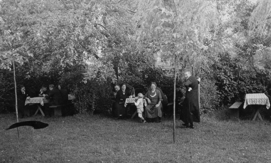 Sonntägliche Pause auf der Vernaburg (ca. 1938).