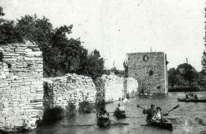 Paddelboote auf dem Burggraben (ca. 1938).