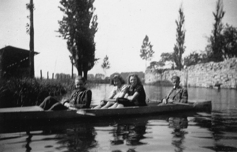 Paddeln im Krieg. Die Aufnahme zeigt von links nach rechts Heinz Nölkensmeier, eine unbekannte Frau die im Ruhrgebiet ausgebombt wurde und sich aufgrund dessen in Verne aufhielt, Mathilde Plaß und Willi Sievers (1943).