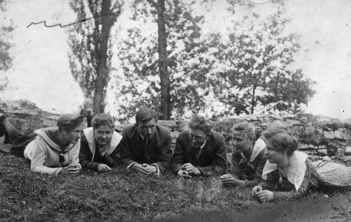 Eine Gruppe Jugendlicher in den 1930er Jahren auf dem Burgwall.
