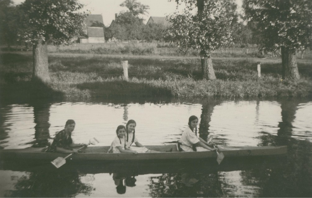 Am Sonntag mit dem Paddelboot um die Burg (ca. 1937).