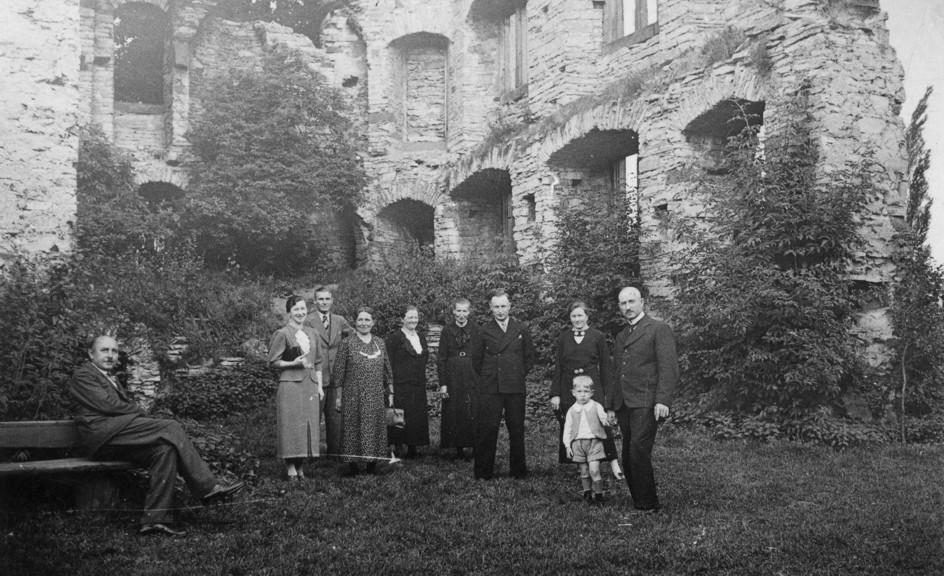Vor der Burgruine (ca. 1937).