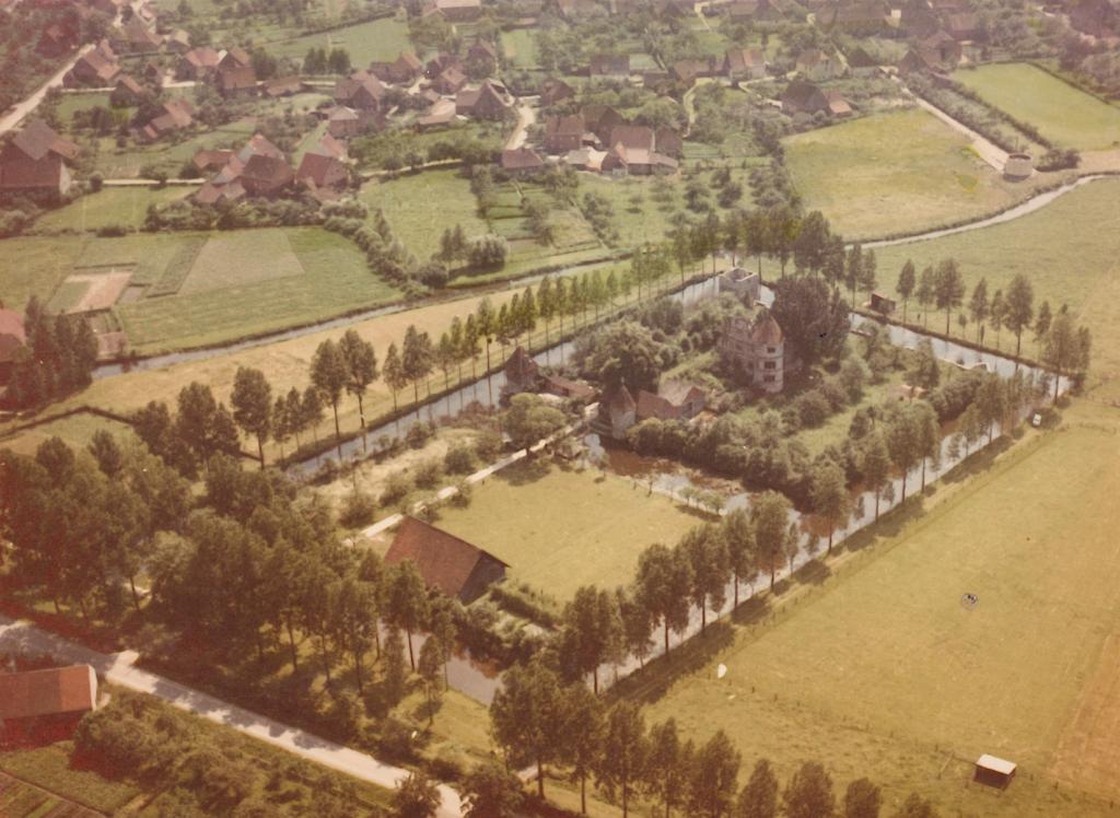 Luftbild aus nördlicher Richtung. Im Hintergrund ist der Verlauf der Heder und Teile des Ortes Verne gut erkennbar. Die Aufnahme wurde nicht veröffentlicht. (ca. 1960).