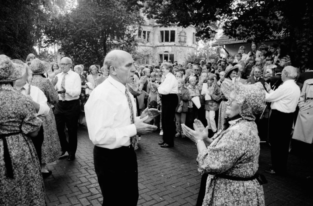 Die Seniorentanzgruppe auf dem Burghof. (WV, 14.09.1993)