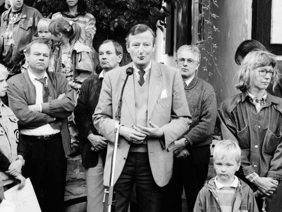 Freuten sich über die große Resonanz, die das Burgfest fand: (Foto links, v. l.) Günther Naerger, der mit seiner Familie seit Jahren auf dem Anwesen der Vernaburg wohnt, Grundschulrektor Anton Bielemeier, Baron von und zu Brenken sowie Franz Kellner, Vorsitzender des Verner Heimatverein. (WV, 14.09.1993)