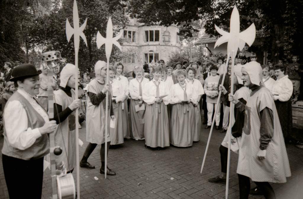 """Die Verner Frauen als """"Rittersleute"""". (WV, 14.09.1993)"""