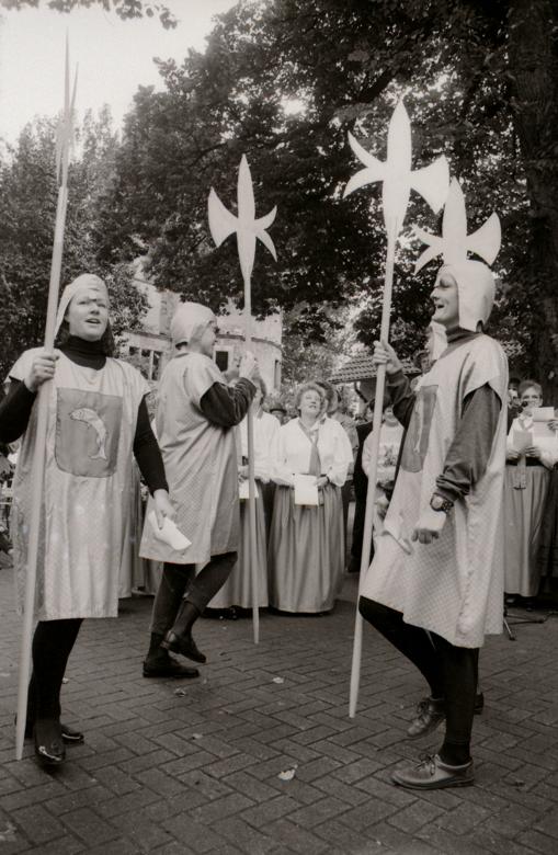 """Zu einer alten Burg gehören Ritter. Die Verner Frauen inszenierten beim Burgfest ein """"Wiedersehen"""" mit den Rittersleuten und bekamen für ihren Auftritt viel Beifall. (WV, 14.09.1993)"""