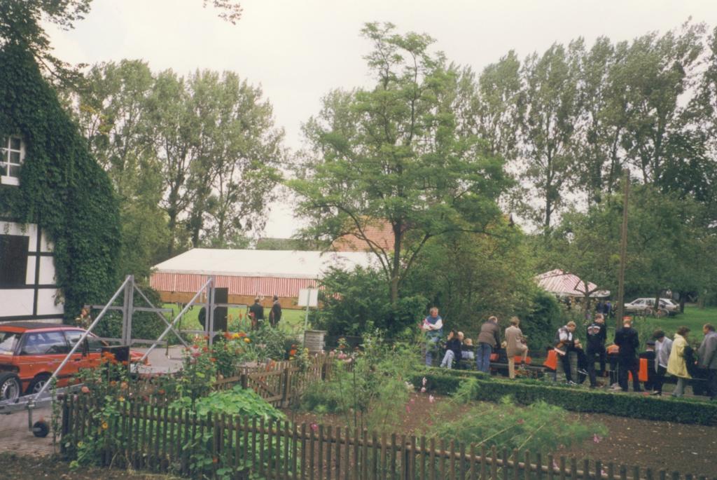 Blick von der Hauptburg auf das Festzelt. Rechts warten Besucher auf den Einlass in ein Paddelboot.