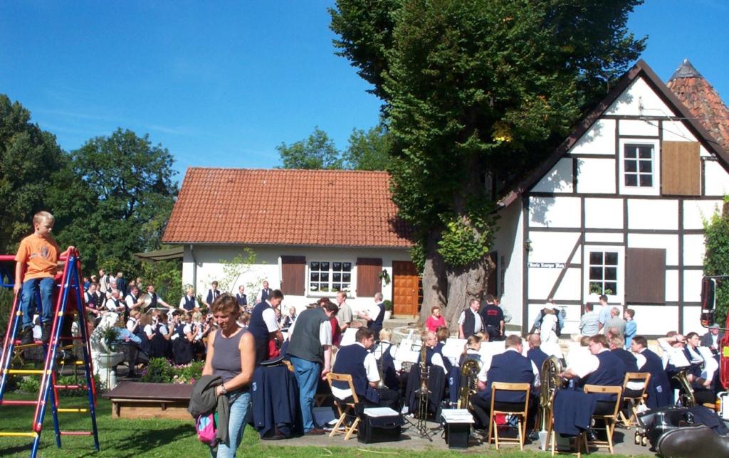 """Konzert des Verner Musikvereins """"unter den Linden""""."""
