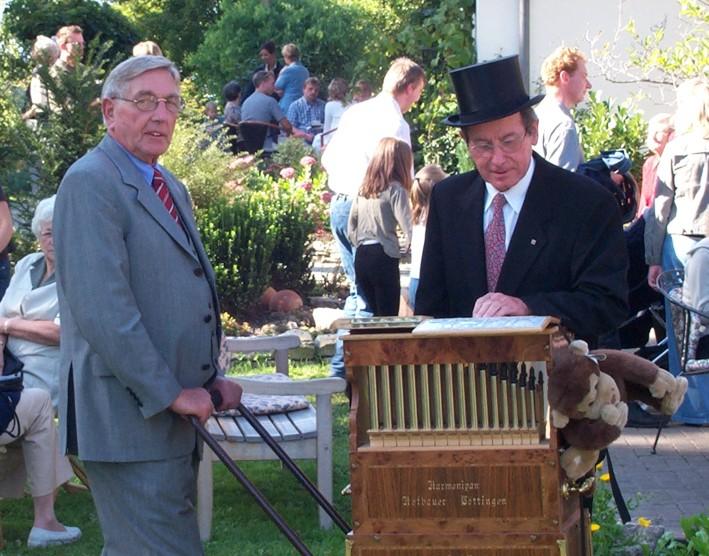 Drehorgelspieler Ewald Plaß und Helmut Schulte (von Links).