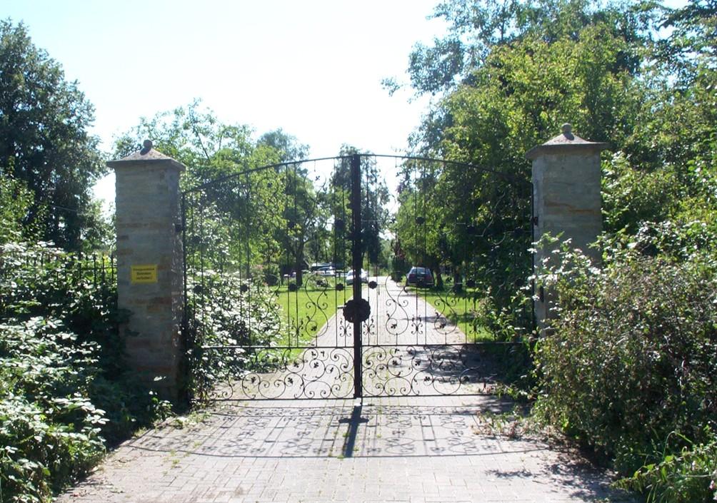 Zufahrt zur Burg mit Tor (2007).
